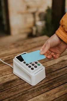 Bargeldloses bezahlen in der neuen normalität mit handscannen der kreditkarte am kartenlesegerät