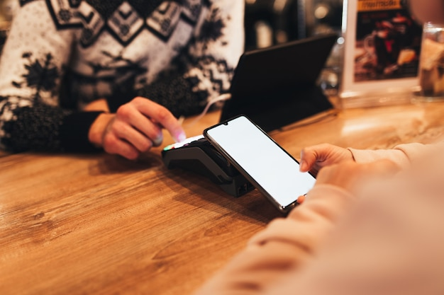Bargeldloses bezahlen mit nfc und telefon in einem café-terminal