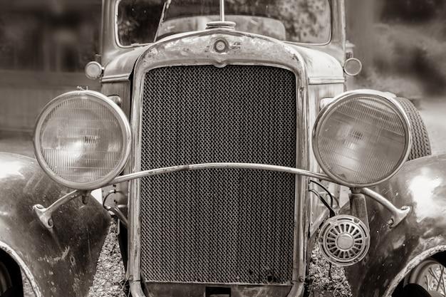 Bariloche, argentinien, 16. märz 2021: schwarz-weiß-nahaufnahme eines rostigen alten lastwagens