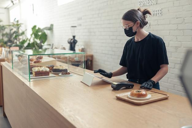 Barista arbeitet im café und wartet auf bestellungen