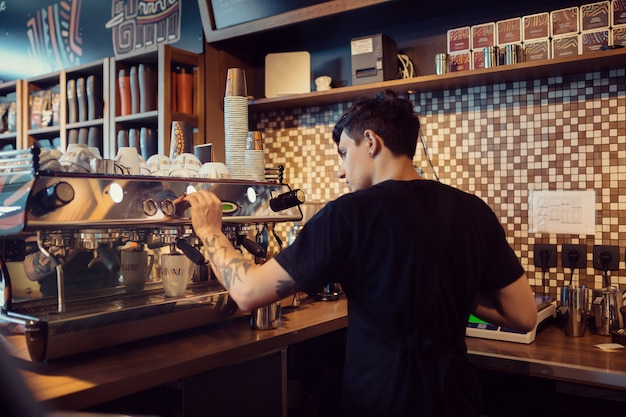 Barista bei der arbeit in einer cafeteria