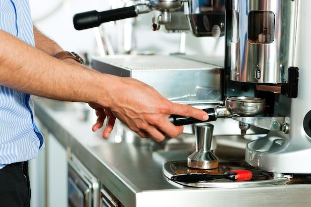 Barista bereitet espresso zu