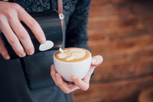 Barista bereitet kaffee-arbeitsauftragskonzept vor