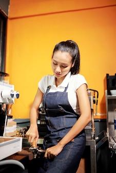 Barista bereitet kaffeegetränk vor