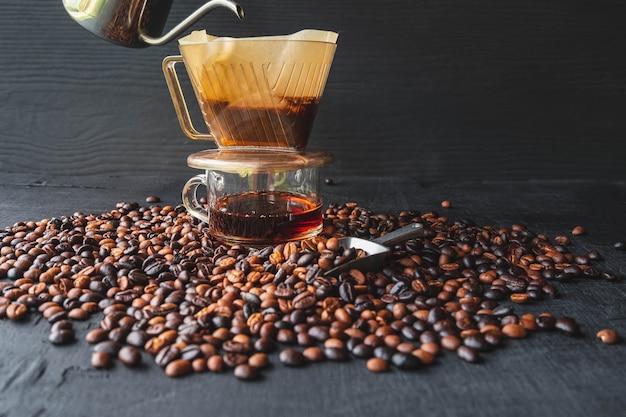 Barista brühkaffeemethode über tropfkaffee gießen