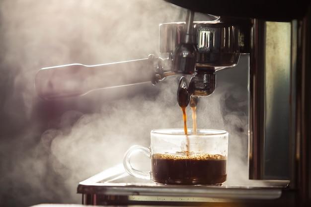 Barista brüht espressokaffee mit einer hochdruckmaschine