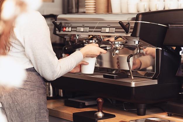 Barista, café, kaffeezubereitung, zubereitungs- und servicekonzept