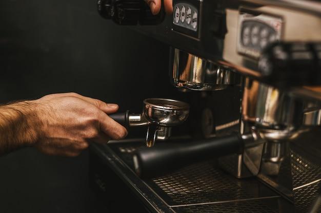 Barista cafe kaffeezubereitung