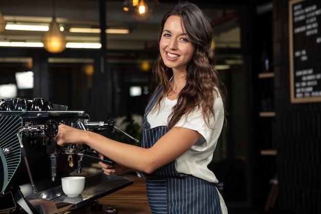 Barista, der kaffee mit maschine zubereitet