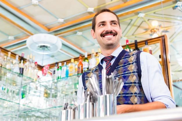 Barista, der kaffee oder espresso in der cafébar zubereitet