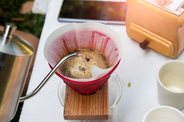 Barista gießt filterkaffee ein