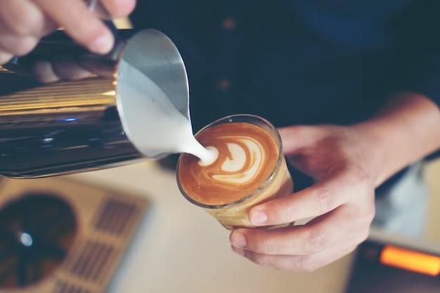 Barista gießt latte art