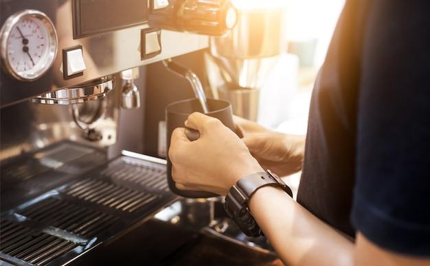 Barista hand strom milch und kaffee