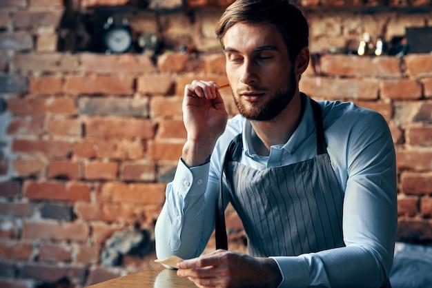 Barista in einer schürze in einem café-arbeitsdienst