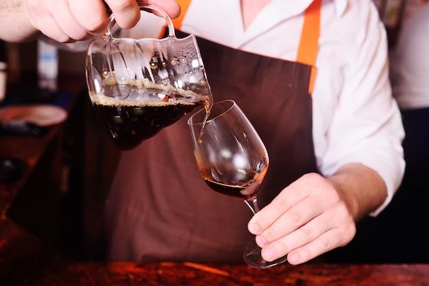 Barista kaffee in ein glas gießen