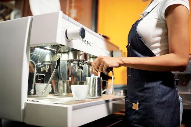 Barista kocht heißen kaffee