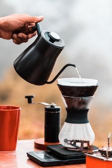 Barista kocht kaffee, methode übergießen, kaffee abtropfen lassen