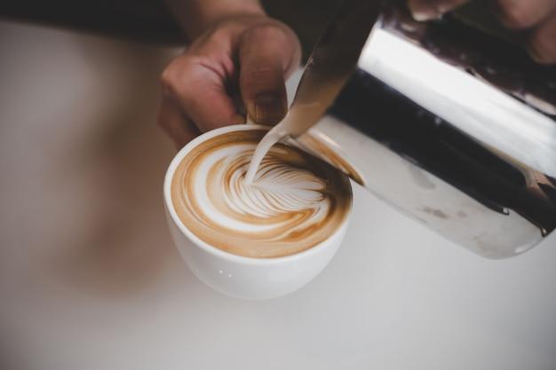 Barista macht cappuccino.