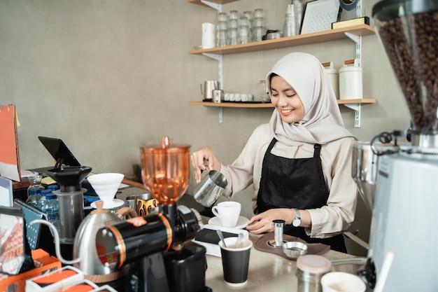 Barista macht einen kaffee für einen kunden