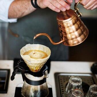 Barista macht kaffee