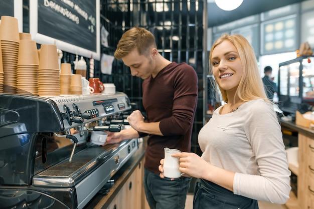 Barista mann und frau, die kaffee machen