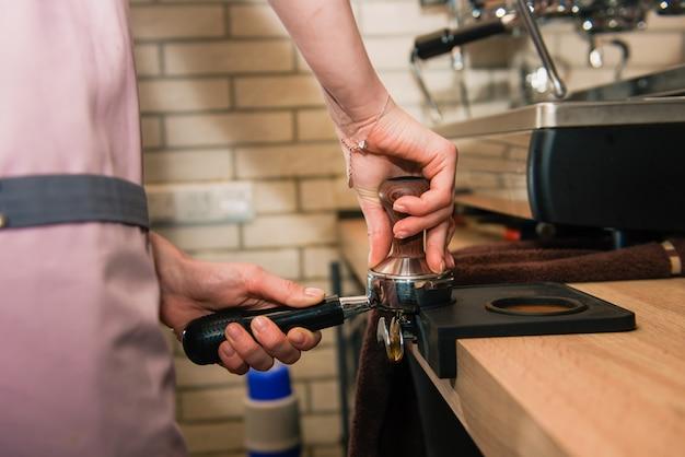 Barista mit kaffeemaschinenhalter