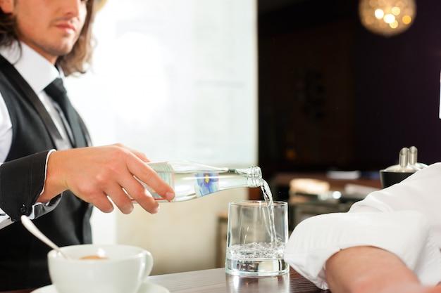 Barista mit kunden in seinem café oder coffeeshop