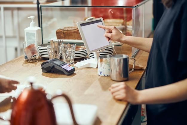 Barista nimmt bestellung vom kundencafé entgegen. konzept des café- und coffeeshop-kleinunternehmens.