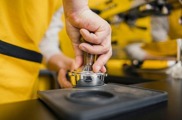 Barista packt kaffee für die maschine