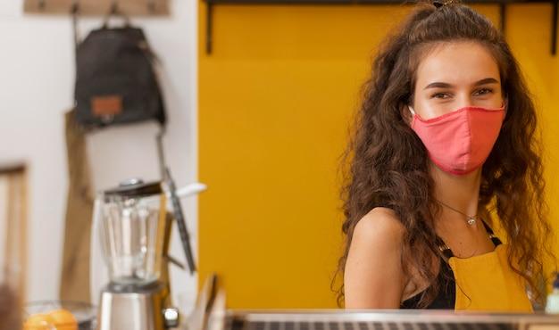 Barista trägt eine gesichtsmaske mit kopierraum