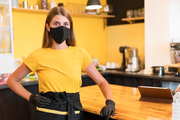 Barista trägt eine maske