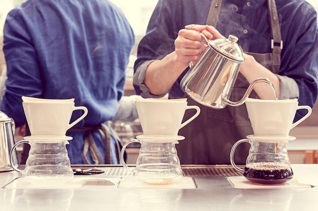 Barista tropft kaffee
