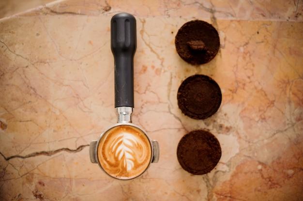 Baristas temperament mit latte art und drei kaffeetabletten