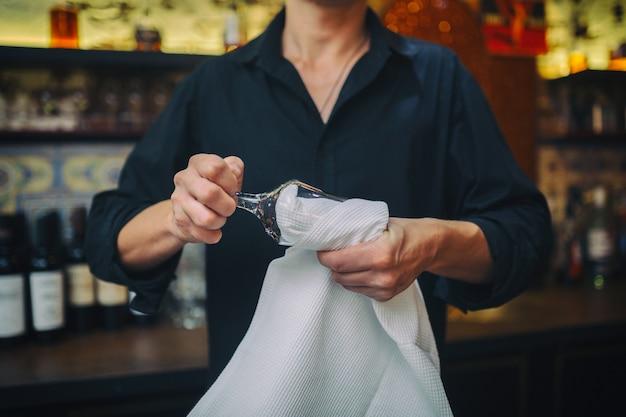 Barkeeper bei der arbeit in der kneipe