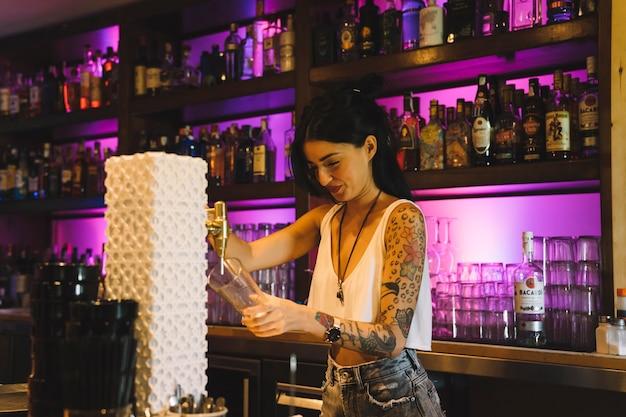 Barkeeper bereitet ein bier vor