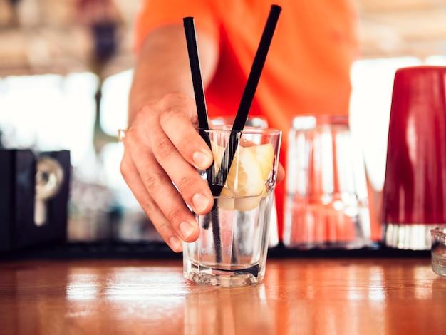Barkeeper, der kalte limonade gibt