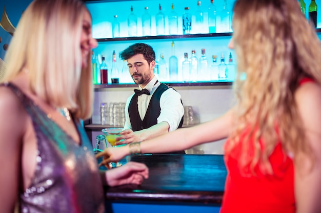 Barkeeper, der weiblichen kunden getränke serviert