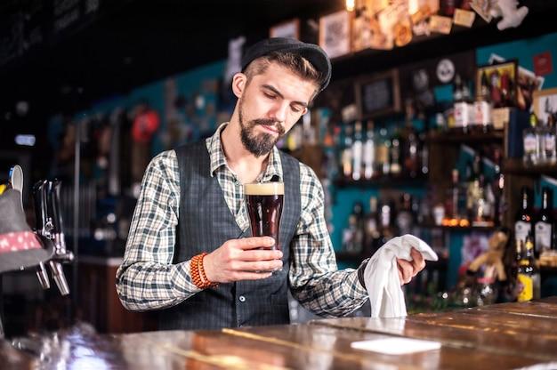 Barkeeper kocht einen cocktail in der kneipe