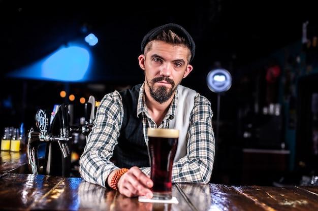 Barkeeper kreiert einen cocktail im öffentlichen haus