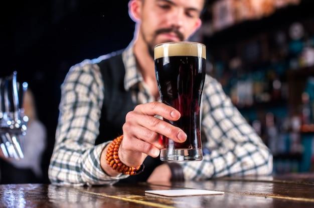 Barkeeper kreiert einen cocktail im saloon