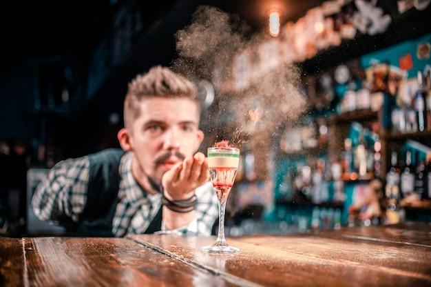 Barkeeper kreiert einen cocktail im schlaghaus