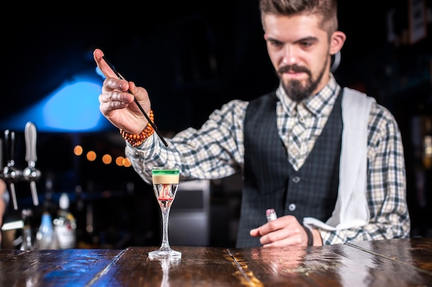 Barkeeper kreiert einen cocktail in der brasserie