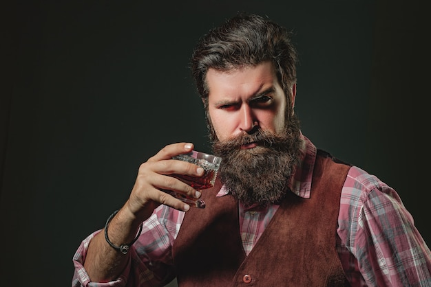 Barkeeper-lederschürze mit whisky-cocktail im glas alten traditionellen whisky-getränk herren be...