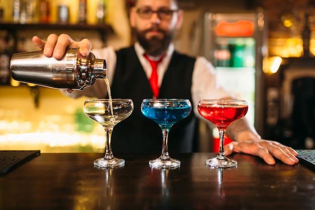 Barkeeper macht alkoholische getränke im nachtclub