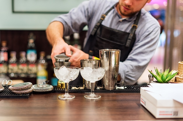 Barkeeper macht cocktails in einem club