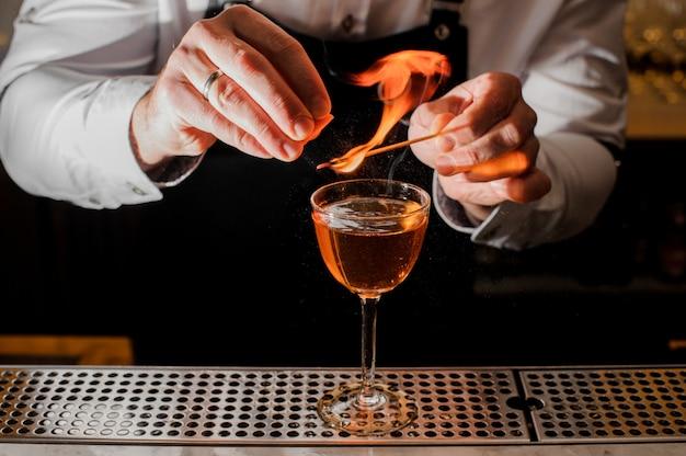 Barkeeper macht ein frisches cocktail mit einer rauchigen note