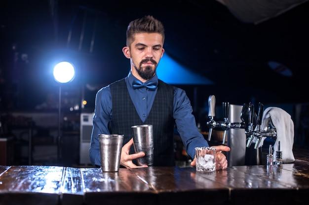 Barkeeper macht einen cocktail im öffentlichen haus