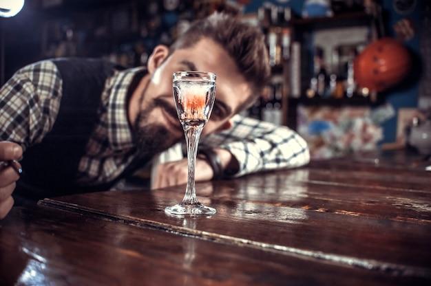Barkeeper macht einen cocktail im porterhouse