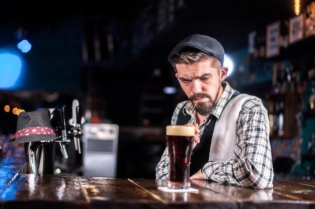Barkeeper macht einen cocktail in der bierhalle