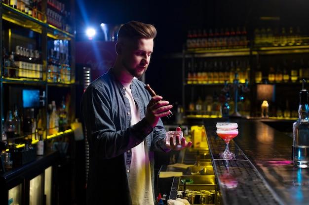Barkeeper macht einen erfrischenden cocktail